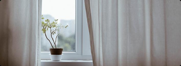 朝目覚めて窓を開ける イメージ画像