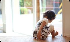 子供が床で遊んでいる画像